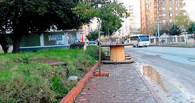 Melih ABİ: Kablo makaraları kaldırımı işgal etmiş