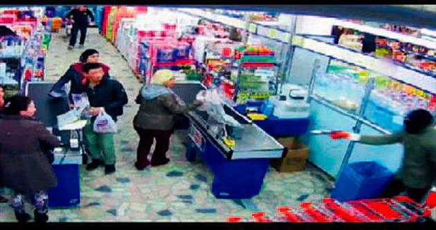 Maskeli market soyguncuları yakayı ele verdi