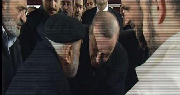 Erdoğan, Emin Saraç hocanın elini öptü