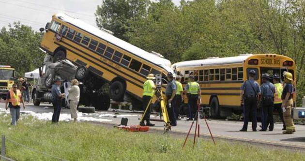 ABD'de okul servisleri çarpıştı: 3 ölü