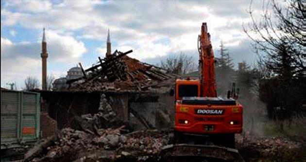 Modern Gölbaşı için riskli yapılar yıkılıyor