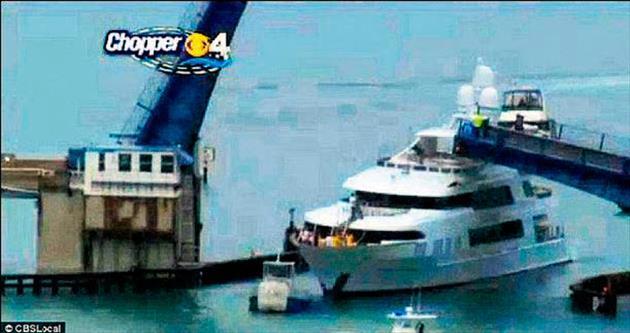 Milyon dolarlık yat köprüye sıkıştı