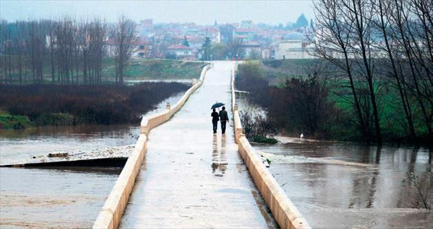 Tunca taştı sınır kapandı