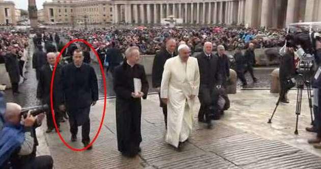 Papa koruma komutanını işten çıkardı