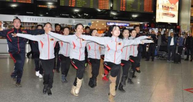 Moğol dansçılardan havalimanında gösteri