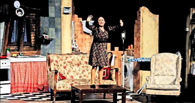Bir Ev Kazası oyunu festival sahnesinde