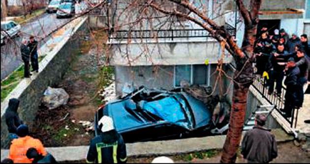 Otomobil balkona çarpıp bahçeye düştü: 1 ölü
