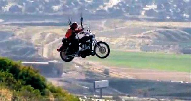 Motosikletle yamaç paraşütü