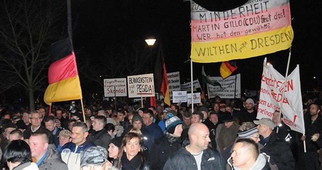 İslam karşıtı gösteriyi protesto ettiler