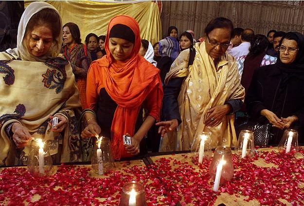 Pakistan da ölen 145 kişi için tören sabah