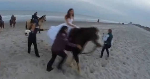 Huysuz at gelini üstünden attı