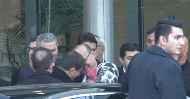 Davutoğlu, Yalçın Akdoğan'ın bebeğini sevdi