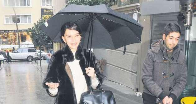 Hande Ataizi'den şemsiyeli tehdit