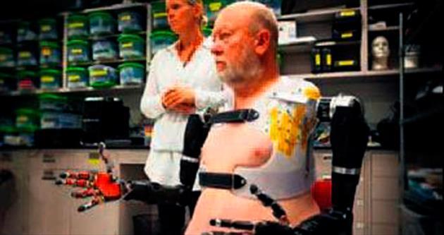 Beyin sinyalleriyle 2 robot kol kullandı