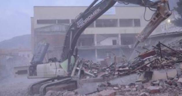 Bina yıkılırken çöktü: 1 ölü