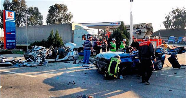 Lastiği patlayan otomobil karşı şeride geçti: 6 ölü
