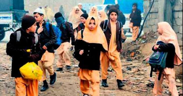 Askerler eşliğinde okula gidiyorlar