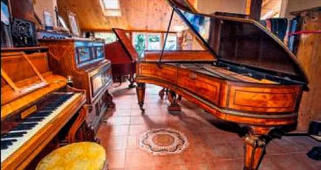 Evinde 150 piyano ile birlikte yaşıyor