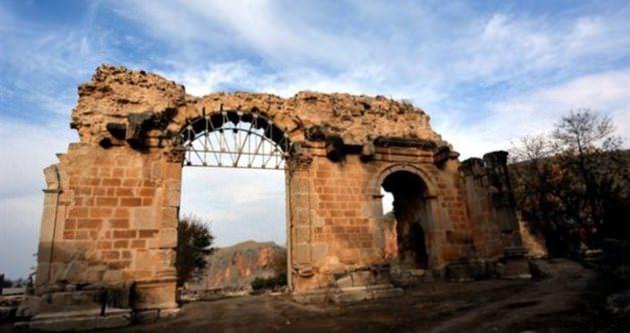 Anavarza'da tarihi taşlar yerine oturacak