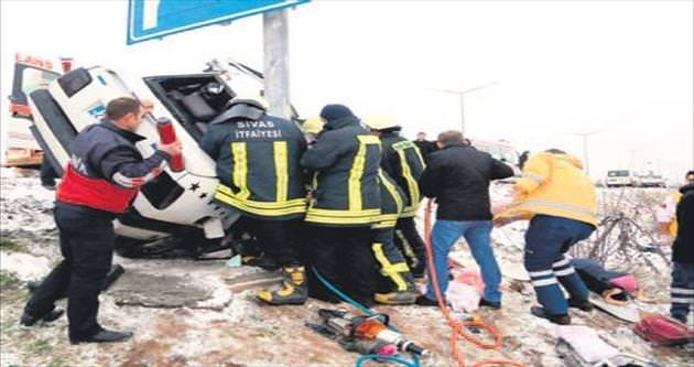 İkiz bebekleri trafik kazası ayırdı
