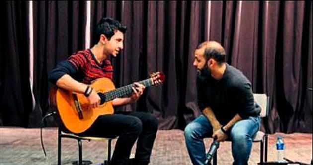 Cenk Erdoğan gitar dersi verdi