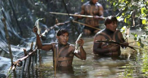 Amazon yerlileri Peru'da köy bastı!