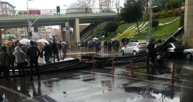 Söğütlüçeşme'de köprünün korkulukları çöktü