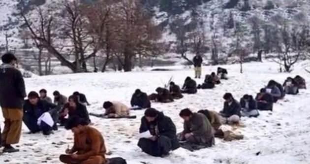 Kabil'de öğrenciler karın ortasında böyle sınav oluyor