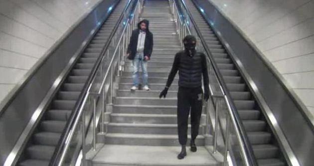 Metroya dadanan Örümcek Adam kamerada