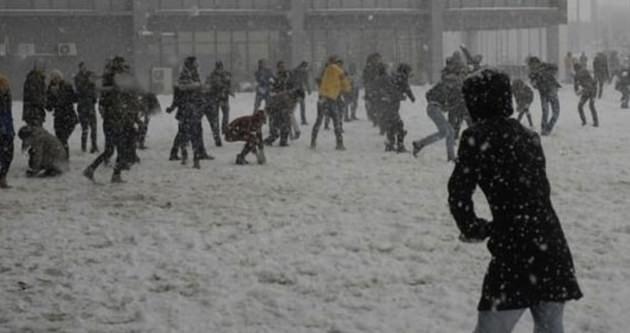 Bin kişi kar topu savaşı yaptı