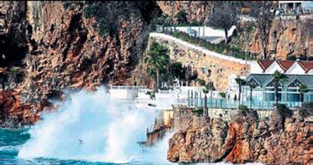 Lodos yat limanını dalgalarla vurdu