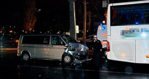 Minibüs, servis otobüsüne çarptı