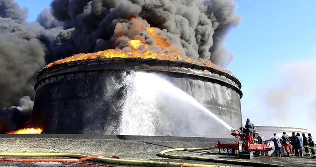 Yanan petrol tankerleri söndürülemiyor
