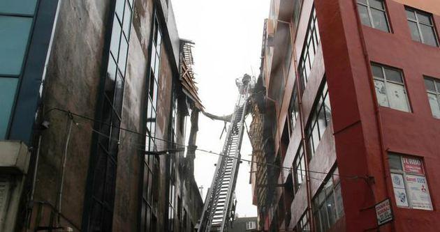 6 katlı binanın çatısı uçtu