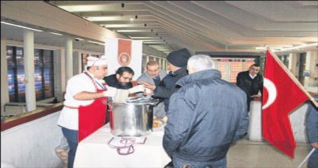 Evsizlere sıcak çorba hizmeti