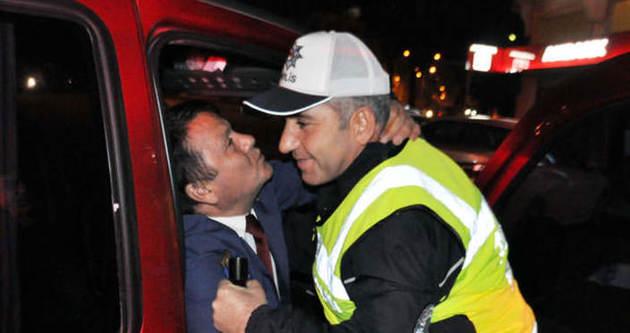 Alkollü sürücü polisi öperek direndi