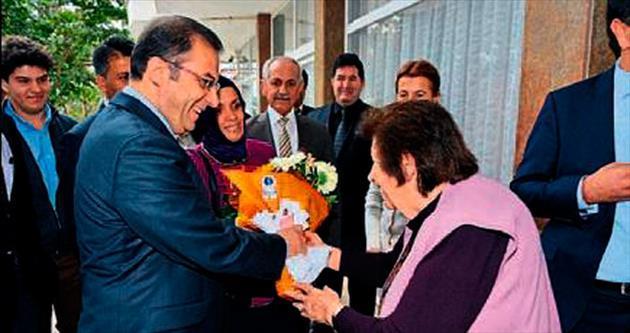 Vali Türker yaşlılarla