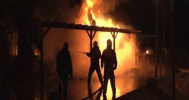 Maltepe'de ahşap kafe alev alev yandı