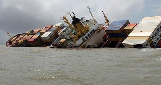Vietnam'da kargo gemisi battı!