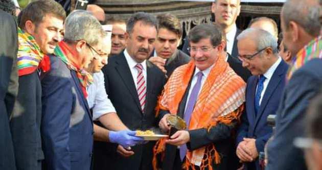 Ahmet Davutoğlu halay çekti