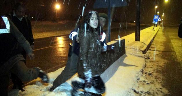 Otobüs mola verdi genç kız kaçmaya başladı
