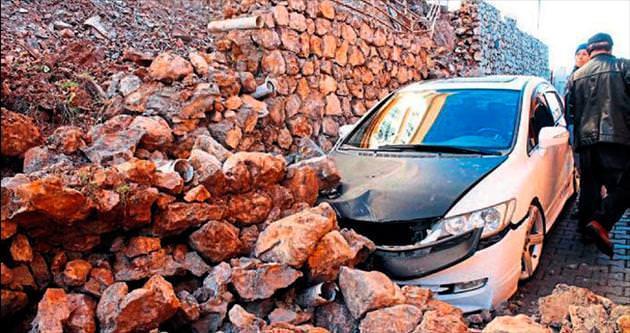 İstinat duvarı çöktü arabalar altında kaldı