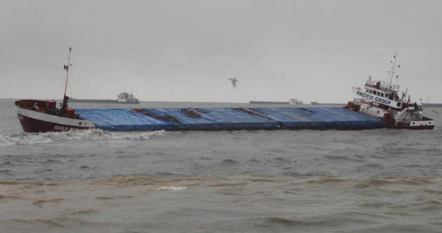Gemi karaya oturdu, mürettebat kurtarılmayı bekliyor