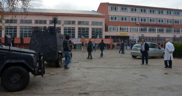 Polis yetersiz kalınca, okula zırhlı araç girdi