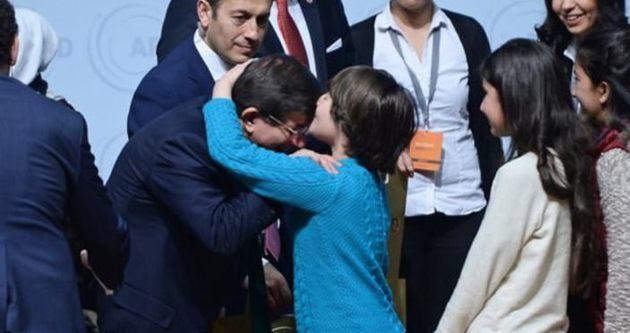 Başbakan Davutoğlu'nu alnından öptü