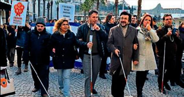 İzmir'de beyaz baston yürüyüşü