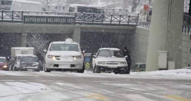 Caddeler buz pistine döndü