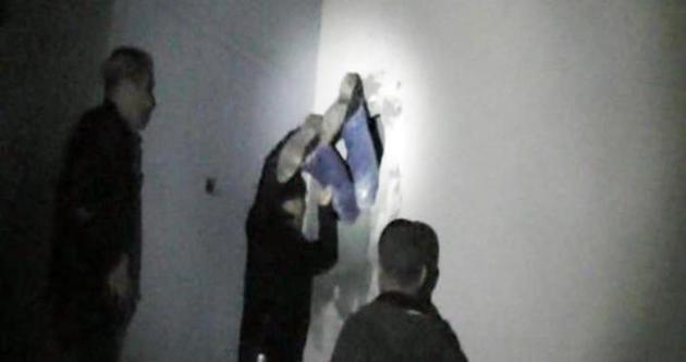 Adana'da kapı açılmayınca polis duvarı delip içeri girdi