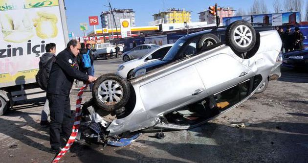 Sivas'ta sürücüsünün tansiyonu düşen otomobil ters döndü