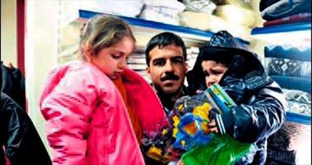 AK Parti'nin TIR'ları Suriyeliler'e ulaştı